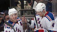 Útočník NY Rangers Ryan Calahan (vlevo) oslavuje s Artemem Anisimovem jeden ze čtyř gólů, které vstřelil Philadelphii.