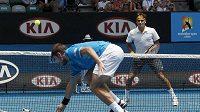 Roger Federer (dále) jednoznačně přehrál v semifinále Australian Open krajana Stanislase Wawrinku.
