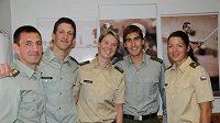 Loučící se Libor Capalini (vlevo) se svými mladými armádními kolegy Ondřejem Polívkou, Lucií Grolichovou, Davidem Svobodou a Natálií Dianovou.