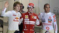 Piloti formule 1 Sebastian Vettel (vlevo), Fernando Alonso (uprostřed) a Lewis Hamilton