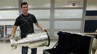 Tomáš Kaberle se Stanley Cupem, který si byl vyzvednout na ruzyňském letišti.