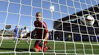 Slovenský brankář Ján Mucha bezmocně sleduje míč ve své síti