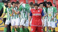 Fotbalisté Bohemians 1905 se radují z gólu, vpředu zklamaný Josef Hamouz z Brna.