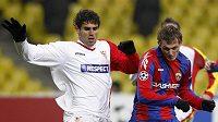 Tomáš Necid (vpravo) z CSKA Moskva ve svojí největší šanci proti Seville.