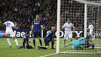 Fotbalista Schalke 04 Joel Matip slaví gól do sítě Interu.
