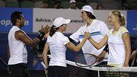 Cara Blacková s Leandrem Paesem (vlevo) si po finále smíšené čtyřhry podávají ruku s Jaroslavem Levinským a Jekatěrinou Makarovovou.