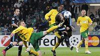 Akce, po níž hráč Marseille André-Pierre Gignac (uprostřed) dal svůj třetí gól v zápase. Střele se snaží zabránit Mário Pečalka ze Žiliny (ve skluzu).