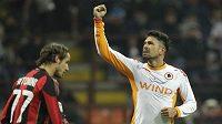 Útočník AS Řím Marco Borriello (vpravo) oslavuje branku vstřelenou AC Milán.