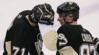 Útočník Pittsburghu Sidney Crosby (vpravo) se spoluhráčem Jevgenijem Malkinem
