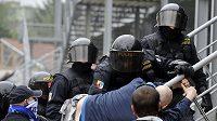 Policisté zasahují proti fanouškům Baníku.