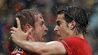Portugalec Raul Meireles oslavuje gól se svým spoluhráčem Tiagou (vpravo).