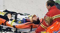 Záchranáři odvážejí zraněného Lukáše Pabišku z Mladé Boleslavi.