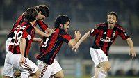 Gennaro Gattuso (uprostřed) oslavuje se spoluhráči z AC Milán gól vstřelený Juventusu Turín.