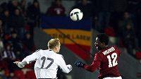 Sparťanský útočník Wilfried svádí hlavičkový souboj s budějovickým Maszárošem