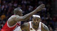 LeBron James (vpravo) byl v zápase s Chicagem k nezastavení.
