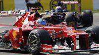 Fernando Alonso s Ferrari na trati Velké ceny Itálie.