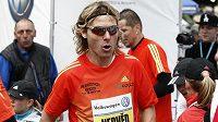 Fotbalista Pavel Nedvěd v cíli Pražského maratónu