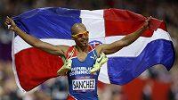 Felix Sánchez slaví zlatou medaili po vítězství v olympijském finále na 400 metrů s překážkami.