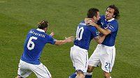 Andrea Pirlo (vpravo) se raduje se spoluhráči z italské reprezentace Federikem Balzarettim (vlevo) a Antoniem Cassanem z postupu do finále mistrovství Evropy.