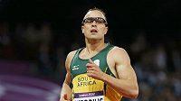 Jihoafričan Oscar Pistorius běží semifinále na 400 metrů.