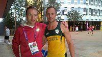 Michal Stark (vlevo) s jihoafrickým handicapovaným atletem Oscarem Pistoriem, jnež běžel v Londýně i olympijskou čtvrtku.
