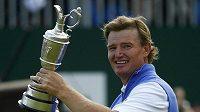 Golfista Ernie Els z Jihoafrické republiky se raduje z trofeje pro vítěze British Open.