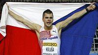 Běžec Jakub Holuša oslavuje stříbrnou medaili z halového mistrovství světa v Istanbulu.