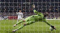 Manuelu Neuerovi bude dělat v bráně Bayernu náhradníka Tom Starke.