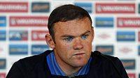 Anglický útočník Wayne Rooney navlékne v utkání proti San Marinu kapitánskou pásku.