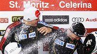 istři světa na dvojbobu zleva Friedrich a Bäcker dostávají spršku šampaňského.