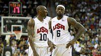 Američtí basketbalisté Kobe Bryant (vlevo) a LeBron James