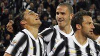 Fotbalisté Juventusu Martin Caceres (vlevo), Leonardo Bonucci (uprostřed) a Alessandro Del Piero se radují z gólu.