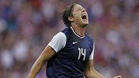 Americká fotbalistka Abby Wambachová se raduje z gólu, kterou ve finále vstřelila její spoluhráčka Carli Lyodová.