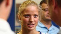 Plavkyně Simona Baumrtová hovoří s novináři při odletu na olympiádu v Londýně.