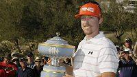 Golfista Hunter Mahan s trofejí pro vítěze Walter Hagan Cup