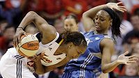 Basketbalistka Indiany Tamika Catchingsová proniká přes bránící hráčku Minnesoty Moniku Wrightovou.