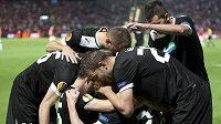 Plzeňští fotbalisté oslavují gól v utkání proti Hapoelu Tel Aviv.