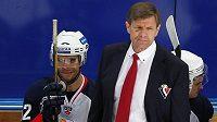 Češi ve službách hokejového Slovanu Bratislava. Vlevo útočník Michal Vondrka, vedle něho kouč mužstva Rostislav Čada, v utkání KHL proti Ufě.