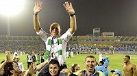 Trenér Karel Jarolím na ramenou fanoušků klubu Al-Ahlí.