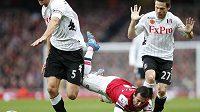 Sacha Riether z Fulhamu (s číslem 27) v souboji se záložníkem Arsenalu Londýn Cazorlou.