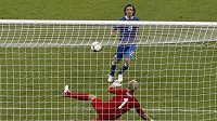"""Andrea Pirlo překonává """"vršovickým dloubákem"""" anglického brankáře Joea Harta v penaltovém rozstřelu ve čtvrtfinále EURO 2012."""