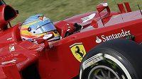 Fernando Alonso se svým ferrari po polovině sezóny ujíždí všem...