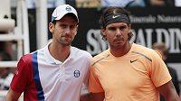 Španěl Rafael Nadal (vpravo) porazil ve finále turnaje Masters v Římě světovou jedničku Novaka Djokoviče.