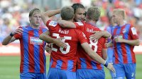 Plzeňsští fotbalisté se radují z gólu proti Hradci Králové.
