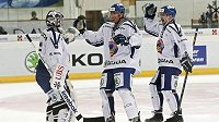 Takhle se radovali hokejisté Vítkovice Filip Šindelář (vlevo) Peter Húževka, a Roman Szturc z postupu do semifinále Spengler Cupu.