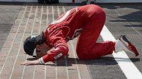 Skotský pilot Dario Franchitti líbá z vděčnosti cíl v Indy.