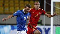 Daniele De Rossi (vlevo) stíhaný Jurou Movsisjanem v kvalifikačnímn zápasu Arménie - Itálie