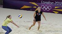 České plážové volejbalistky Markéta Sluková (vpravo) s Kristýnou Kolocovou při tréninku v dějišti olympijských her.