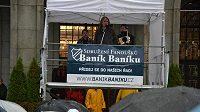 Za sdružení fanoušků Baník Baníku promluvil k demonstrantům v úterý odpoledne před Novou radnicí i písničkář Jarek Nohavica.