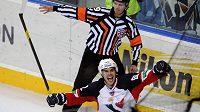 Michal Vondrka se raduje z gólu do sítě Lva.